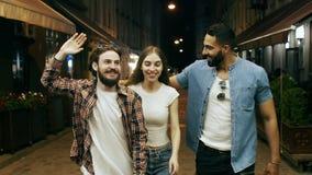 Gente joven que se divierte en la calle de la noche almacen de metraje de vídeo