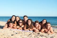 Gente joven que se divierte en la playa imagen de archivo