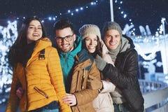 Gente joven que se divierte en una tarde del invierno Imagen de archivo