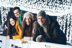 Gente joven que se divierte en una tarde del invierno Imágenes de archivo libres de regalías