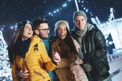 Gente joven que se divierte en una tarde del invierno Imagenes de archivo
