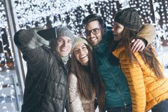 Gente joven que se divierte en una tarde del invierno Fotografía de archivo libre de regalías