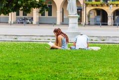 Gente joven que se relaja en la hierba Foto de archivo