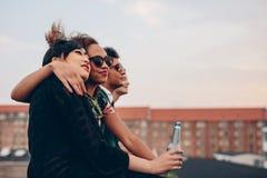 Gente joven que se relaja en terraza imagenes de archivo