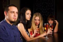 Gente joven que se relaja en una barra. Imagen de archivo