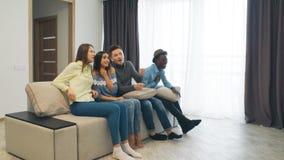 Gente joven que socializa junto y que se divierte Alojamiento de la casa del estudiante Parte plana con los adolescentes o los ad metrajes