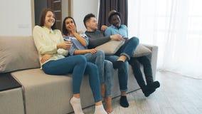 Gente joven que socializa junto y que se divierte Alojamiento de la casa del estudiante Parte plana con los adolescentes o los ad almacen de metraje de vídeo
