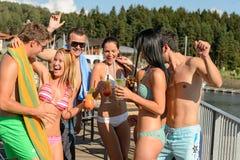 Gente joven que tiene partido en la playa Imagen de archivo libre de regalías