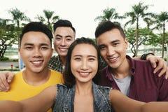 Gente joven que toma el selfie Foto de archivo libre de regalías