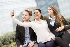 Gente joven que toma la foto con el teléfono móvil Imagen de archivo