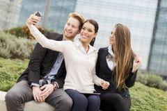 Gente joven que toma la foto con el teléfono móvil Imagen de archivo libre de regalías