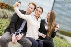 Gente joven que toma la foto con el teléfono móvil Fotografía de archivo libre de regalías