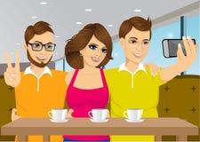 Gente joven que toma un selfie en una cafetería Imagen de archivo libre de regalías