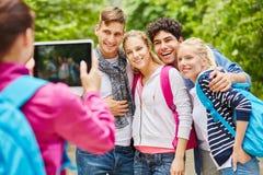 Gente joven que toma una foto Imagenes de archivo
