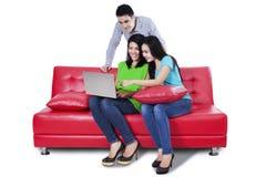 Gente joven que usa un ordenador portátil Fotografía de archivo libre de regalías