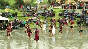 Gente joven quechua que celebra a Inti Raymi Or Festival Of The Sun almacen de video