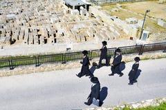Gente judía en traje tradicional en el monte de los Olivos Fotos de archivo libres de regalías