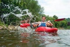 Gente kayaking Fotos de archivo