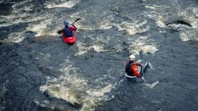 Gente Kayaking en el río grande de la montaña metrajes