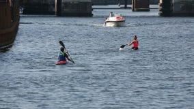 Gente kayaking en el río, la actividad recreativa del canotaje, el deporte y la afición metrajes