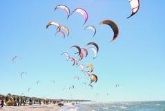 Gente kiteboarding Fotos de archivo libres de regalías
