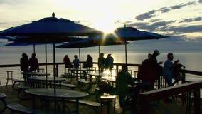 Gente La Jolla California del café de la puesta del sol almacen de metraje de vídeo
