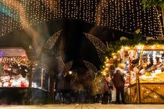 Gente larga de la exposición del mercado alemán de la Navidad que pasa al aire libre el St Fotos de archivo