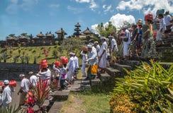 Gente local del indonesio que deja un templo después de un rezo Foto de archivo