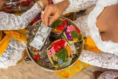 Gente local durante el ritual de Melasti de la ceremonia Fotos de archivo libres de regalías