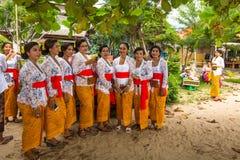 Gente local durante el ritual de Melasti de la ceremonia Fotos de archivo