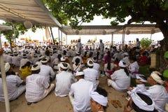 Gente local durante el ritual de Melasti de la ceremonia Foto de archivo