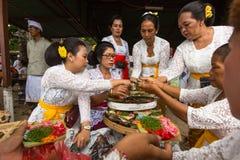Gente local durante el ritual de Melasti de la ceremonia Imagenes de archivo