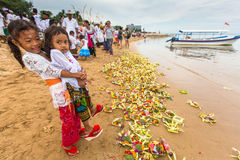 Gente local durante el ritual realizado de Melasti Fotos de archivo
