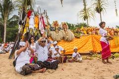 Gente local durante el ritual realizado de Melasti Fotos de archivo libres de regalías