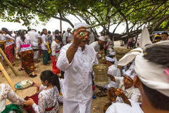 Gente local durante el ritual realizado de Melasti Imagenes de archivo