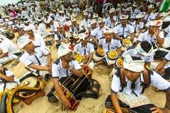 Gente local durante el ritual realizado de Melasti Imágenes de archivo libres de regalías