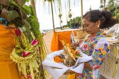 Gente local durante el ritual realizado de Melasti Imagen de archivo
