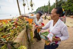 Gente local durante el ritual realizado de Melasti Imagen de archivo libre de regalías