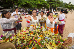 Gente local durante el ritual realizado de Melasti Fotografía de archivo libre de regalías
