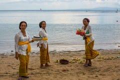 Gente local durante el ritual realizado de Melasti Foto de archivo