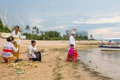 Gente local durante el ritual realizado de Melasti Fotografía de archivo