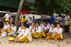 Gente local durante el ritual realizado de Melasti Foto de archivo libre de regalías