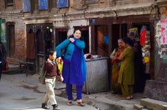 Gente local en la calle en el mercado de Thamel Fotografía de archivo libre de regalías