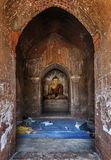 Gente local que descansa dentro de una pagoda por la tarde, Bagan, Myanmar del pueblo fotografía de archivo