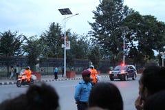 Gente local que espera a los funcionarios probablemente de países de BIMSTEC para pasar cerca en Katmandu fotos de archivo
