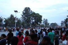 Gente local que espera a los funcionarios probablemente de países de BIMSTEC para pasar cerca en Katmandu foto de archivo libre de regalías