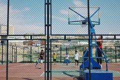 gente local que juega a baloncesto en uno del campo abierto en la ciudad del desierto foto de archivo libre de regalías