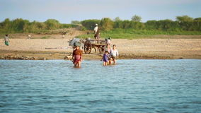 Gente locale birmana che attraversa il fiume di Irrawaddy myanmar video d archivio