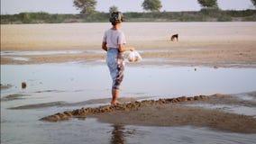 Gente locale birmana che attraversa il fiume di Irrawaddy myanmar archivi video