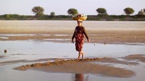 Gente locale birmana che attraversa il fiume di Irrawaddy myanmar stock footage